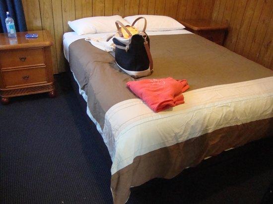 Waitangi Holiday Park: Cabin Main Bedroom