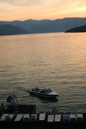GrandView On The Lake: Evening boat activities from deck