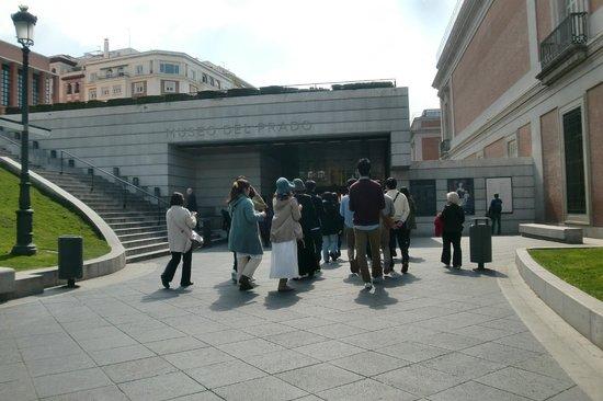 Prado National Museum: 団体が来るとこのような感じに並ぶ事も