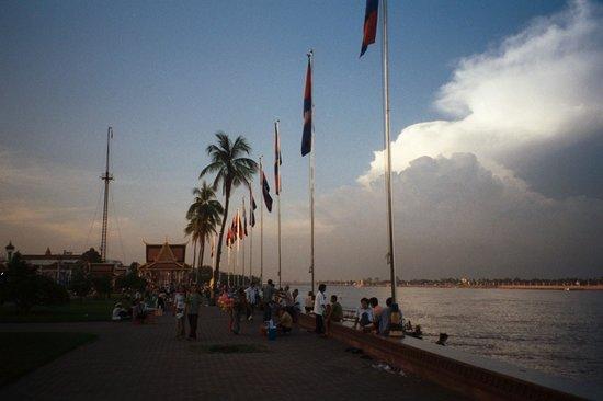 Sisowath Quay : Evening walk along the Tonle Sap Riverside.
