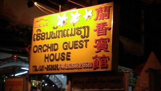 Orchid Guesthouse: Schild an der Straße