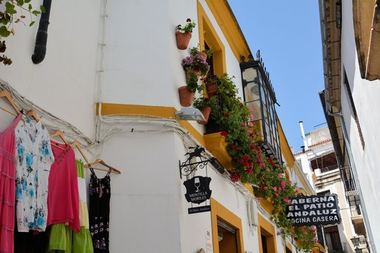 Judería: 建物には花の飾りも