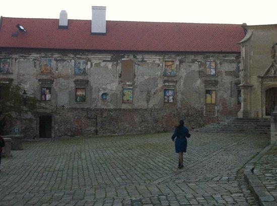 Altstadt: Странный дом с картинами вместо окон.