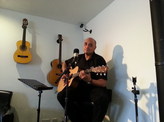 Solos Music Cafe: Multi tasking - on the Open mic