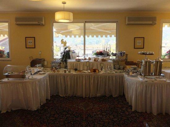 Hotel Firenze e Continentale La Spezia : Buffet im Frühstücksraum mit Blick zur Terrasse