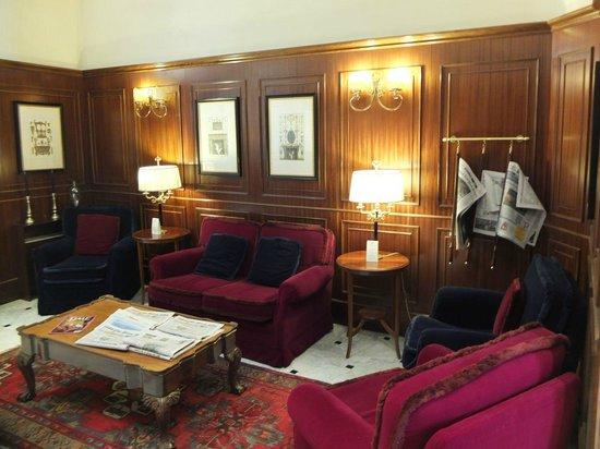 Hotel Firenze e Continentale La Spezia : Leseecke im Eingangsbereich