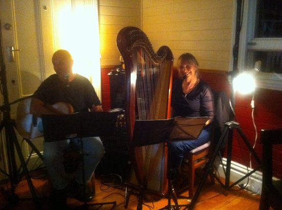 1904 Cafe: Musos Jane & Mark on Harp