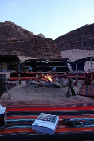 Captain's Desert Camp : Feuer beim Eindunkeln