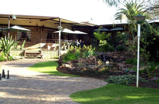Willow View Lodge & Conference Centre: Outside Restaurant