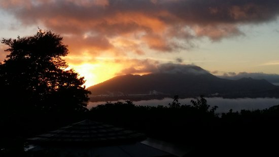 Lake Taupo Lodge: sunrise view from our suite