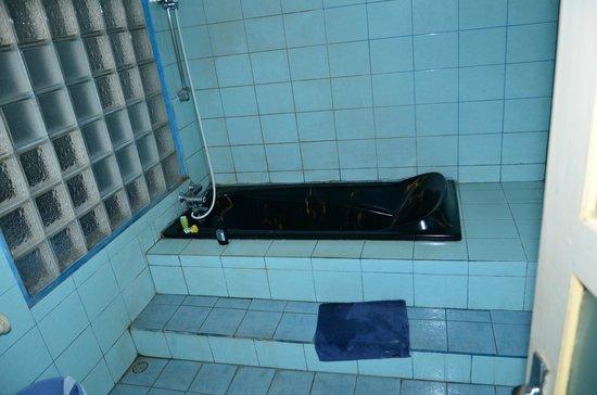 Okawati Hotel: dunkle Badewanne um den Schmutz zu kaschieren