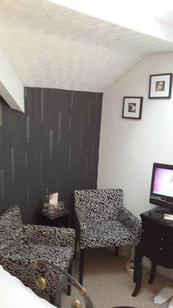 Glen Guest House: Bedroom 5 new wallpaper