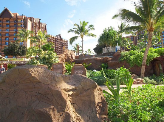 Aulani, a Disney Resort & Spa: ビーチからホテルを望む