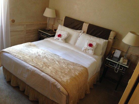 Barocco Hotel: Bathrobes on the beds