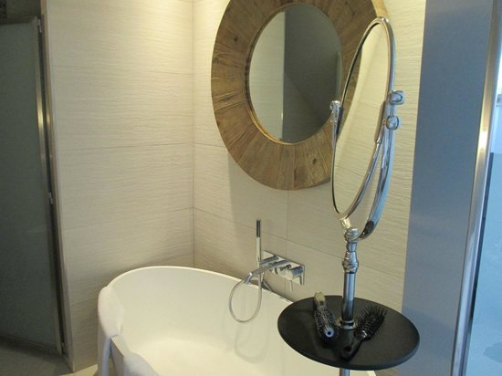 Le Clos des Terres Soudées : Large size modern bathroom with excellent fittings.