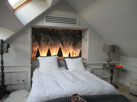 Le Clos des Terres Soudées : Excellent bedroom with champagne theme.