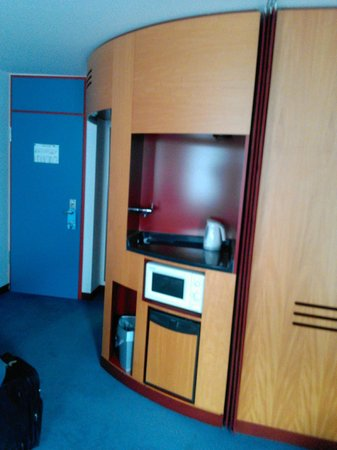 Novotel Suites Hannover City: Mini Kitchen: fridge, micro wave, etc