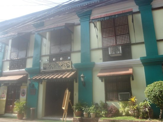 Grandpa's Inn: Hotel Entrance