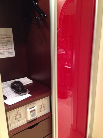 La Griffe Roma - MGallery By Sofitel: Safe box and closet of a room
