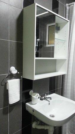 ZZ Leisure: Bathroom with mirro cabinet