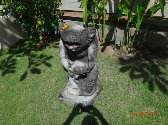 Puri Bagus Candidasa: garden frogs
