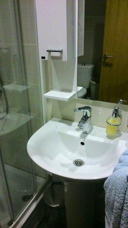 Hostel Kutak: Clean bathroom. Hot water is available 24/7.