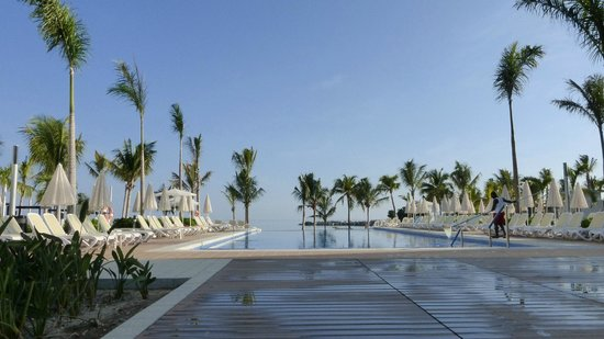Hotel Riu Palace Jamaica: View of the pool looking out to the sea