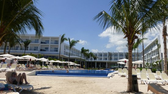 Hotel Riu Palace Jamaica: Hotel from the beach