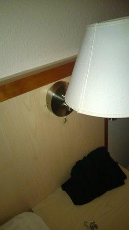 Radisson Blu Limfjord Hotel, Aalborg: lampe beskidt over sengen