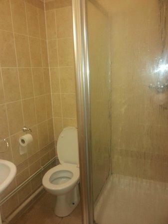 Great Expectations Hotel & Bar: Room number 7, en suite shower room