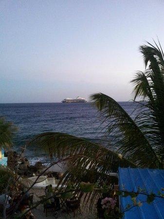 Scuba Lodge & Suites: cruiseschip, zichtbaar vanaf terras en balkon