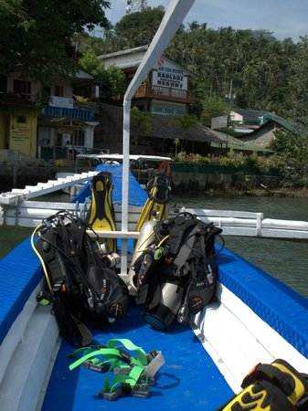 Badladz Dive Resort : Dive boat, gear, and the resort