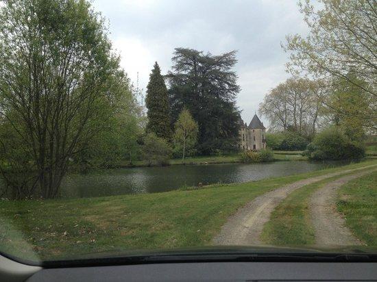 Chateau de Ribagnac : Vue depuis l'arrivée, dans l'allée