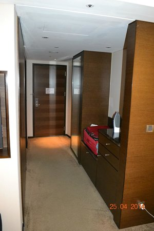 Shangri-La's Far Eastern Plaza Hotel Tainan: Entrance with luggage rack, mini bar