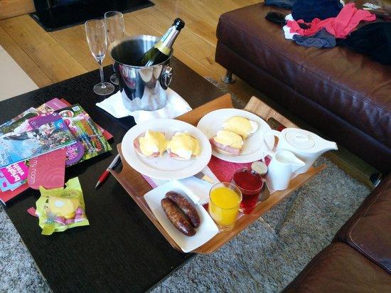 Hotel Una : Eggs Benedict breakfast in the room