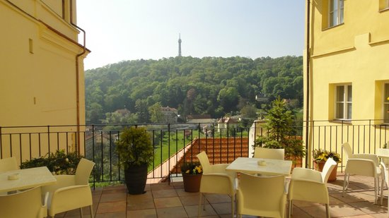 Domus Henrici Boutique Hotel : Terrace with view to the Petrin Hill