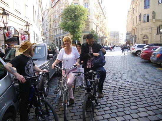 City Bike Prague : we zijn klaar voor de tocht...vooraan Andrew!