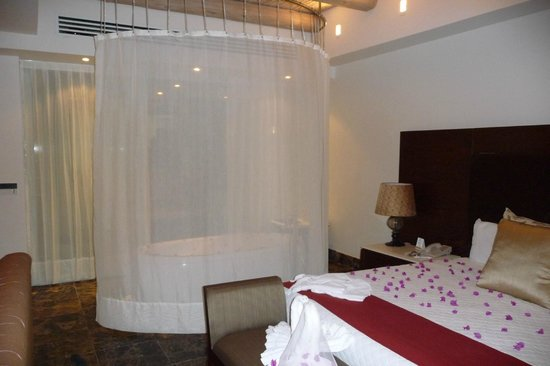 The Grand Mayan Los Cabos: Honeymoon Suite jacuzzi by bed