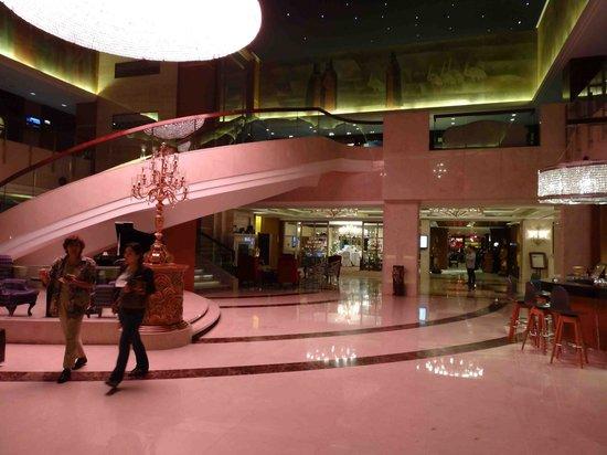 Grand Noble Hotel : Foyer / souvenir shop
