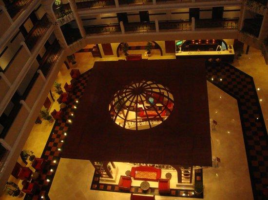 Crowne Plaza Hotel Antalya: Холл отеля (вид сверху)