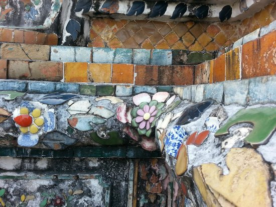 Wat Arun (Tempel der Morgenröte): Details of broken pottery
