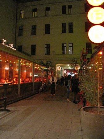 Made Inn Budapest Apartments: Gozsdu Udvar ristoranti