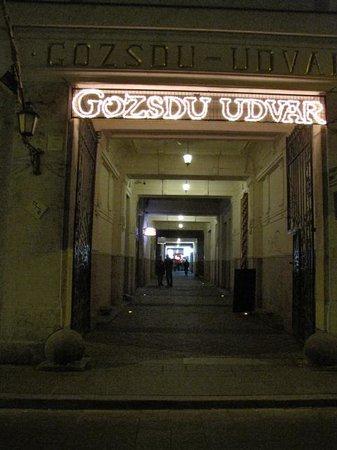 Made Inn Budapest Apartments: Gozsdu udvar prospettiva