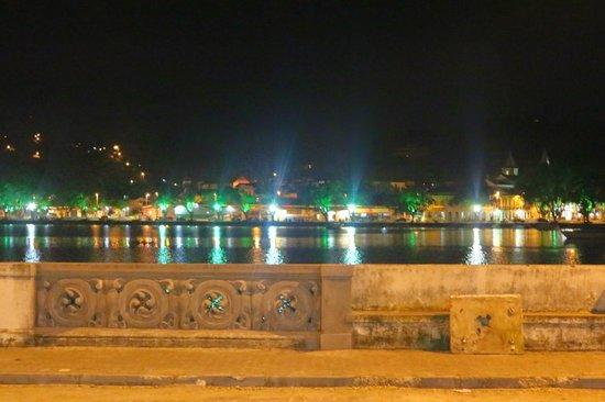 Pousada Paraguassu: Vista Noturna do Rio em Frente à Pousada.