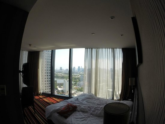The Continent Hotel Bangkok by Compass Hospitality: Room with bed (wide angle view)