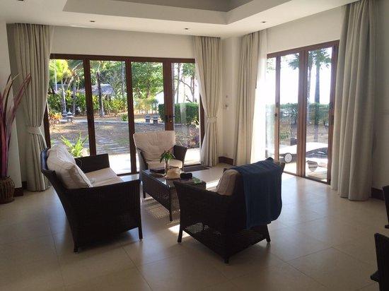Villaguna Residence & Hotel Ko Yao Noi : Sitting area in delxue beach suite