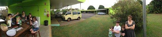 Mareeba Lodge Motel: Communal kitchen / dining area