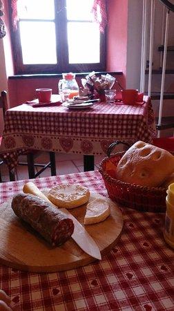 B&B Bricco del Gallo: Colazione con salame e formaggio