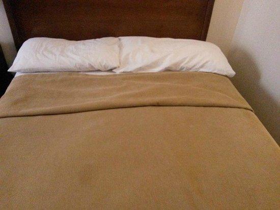 Kalenshen Hotel - Cerro Calafate : cama reicén hecha 2
