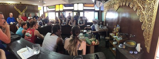Phuket Thai Cookery School: Learning to make green curry!
